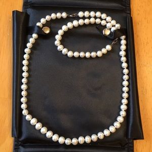 18 inch Pearl necklace and bracelet set.